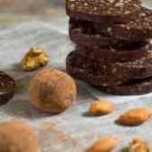 Цукерки з фініків з горіхами в шоколаді
